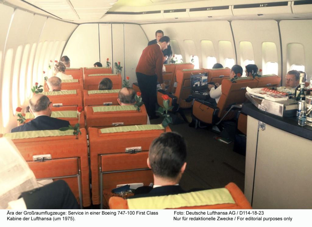 Aera der Großraumflugzeuge: Service in einer Boeing 747-100 First Class Kabine der Lufthansa (um 1975). Foto: Deutsche Lufthansa AG / 1975 D114-18-23