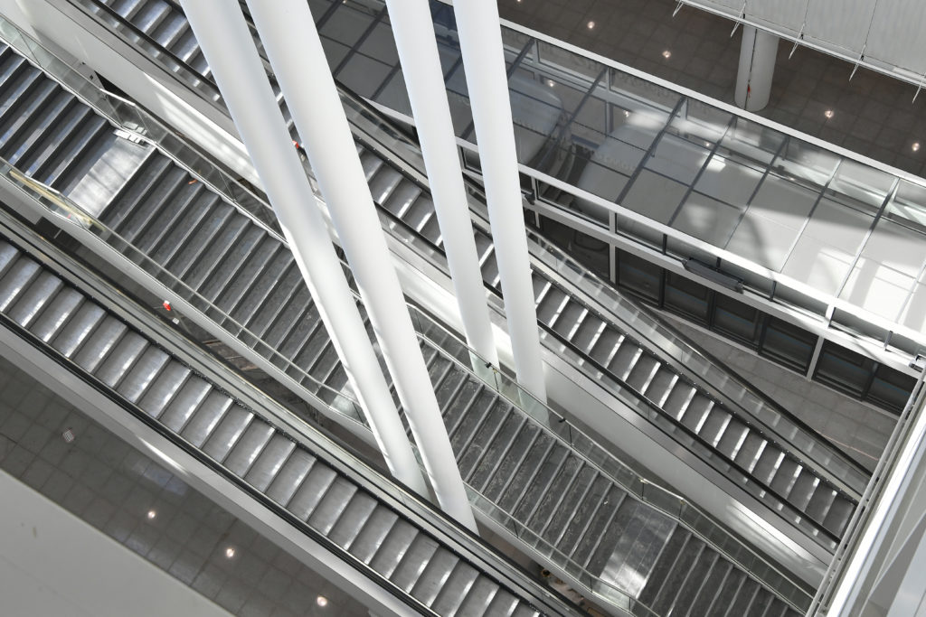 Escalators are an efficient way for passengers to move from floor to floor during the airport process. Image: Munich Airport