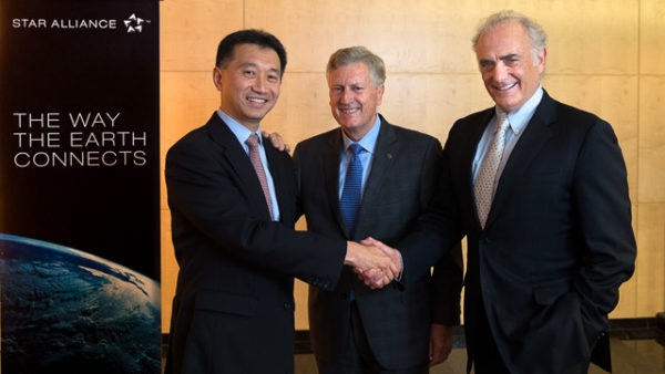 At the meeting in Zurich Mark Schwab (center) handed over the reins of the alliance to Jeffrey Goh (left). Image: Star Alliance