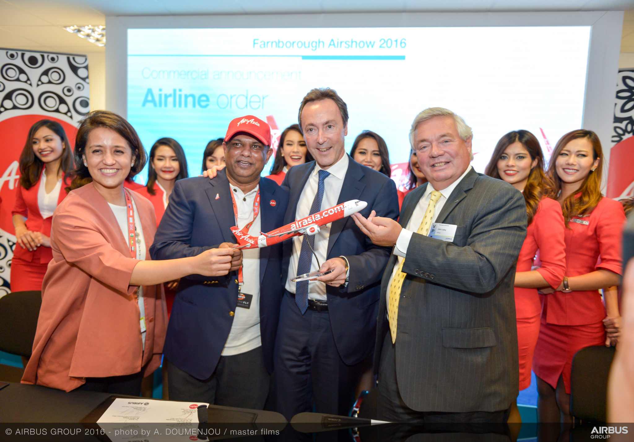 Aireen Omar and Tony Fernandes signed for 100 A321neos today in Farnborough. Image: Airbus