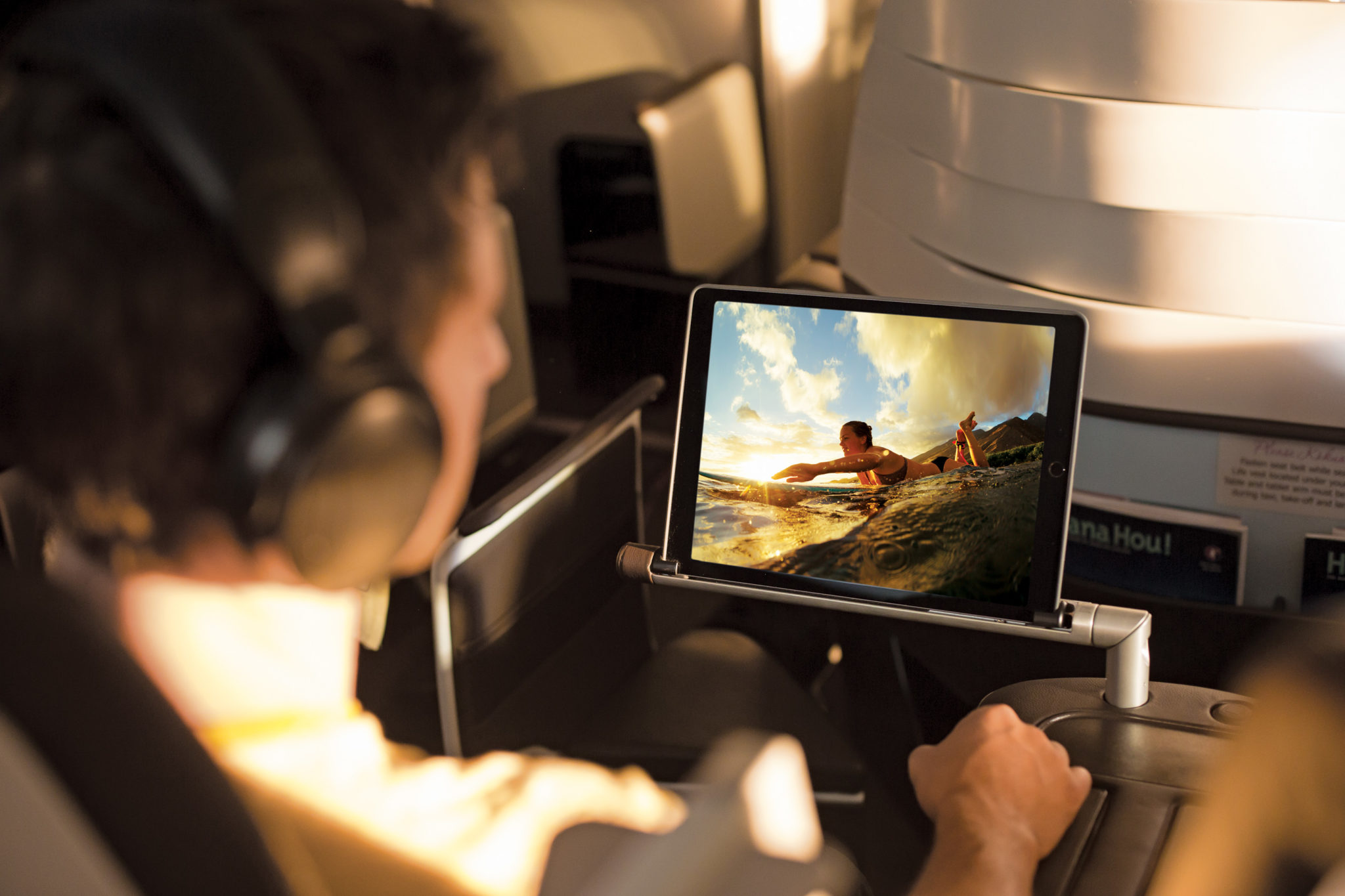 An armrest that turns into an iPad holder makes for an easier use of Bluebox. Image: Hawaiian Airlines