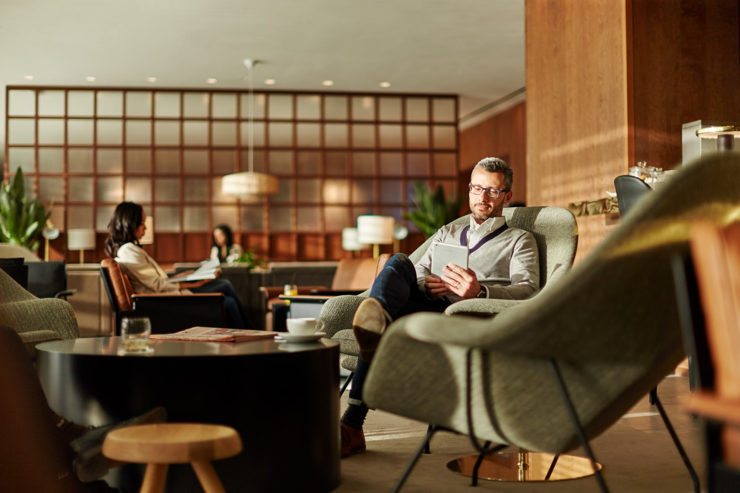 The lounge lacks spaces to both have a bite to eat and prop up a tablet. Image: Cathay Pacific