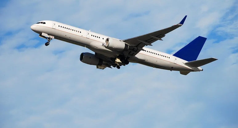Boeing 757 inlfight in a clear blue sky