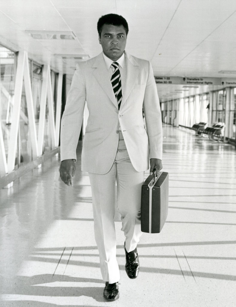 F3K5AM MUHAMMAD ALI (Casius Clay) American boxer arriving at Heathrow airport about 1967. Image: Pictorial Press Ltd / AlamyStock Photo