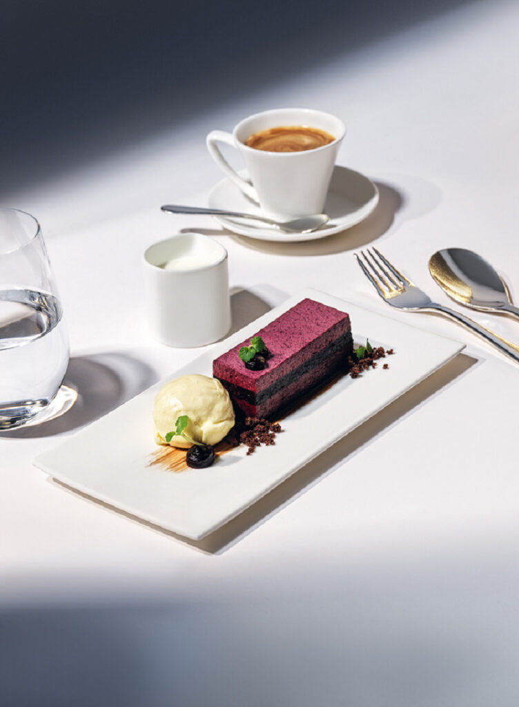 Blueberry slice with chocolate crumble Appenzeller beer ice cream. Image: SWISS