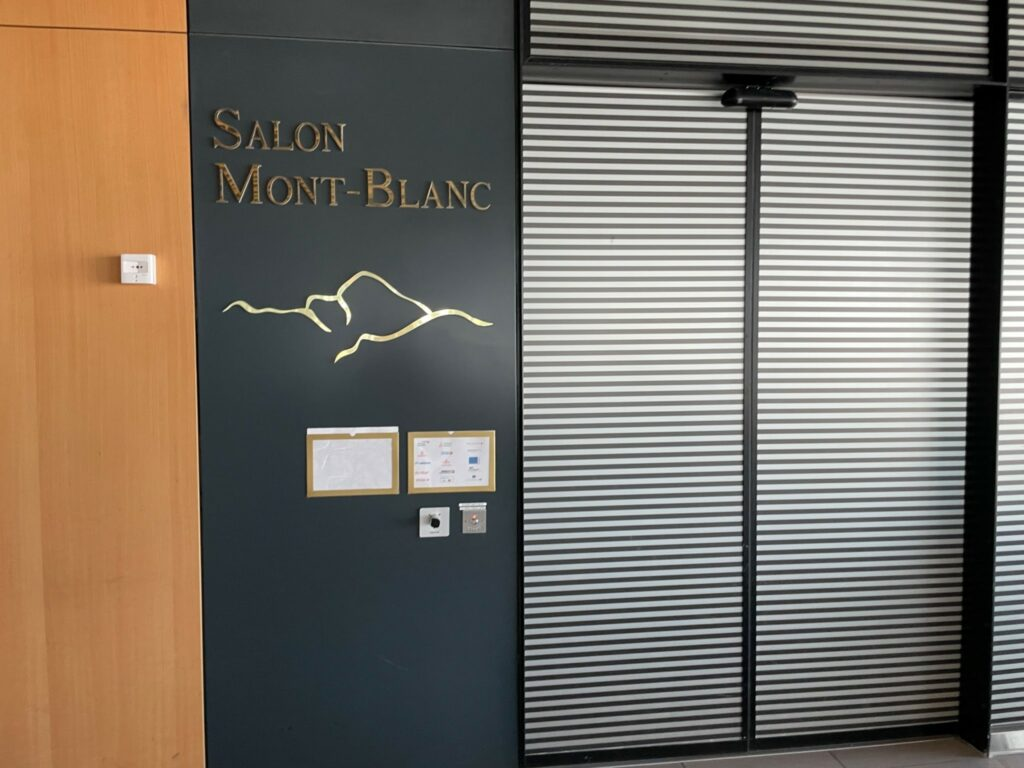 The lounge had no indications that it was closed, but the doors remained firmly shut. The lounge says: Salon Mont-Blanc