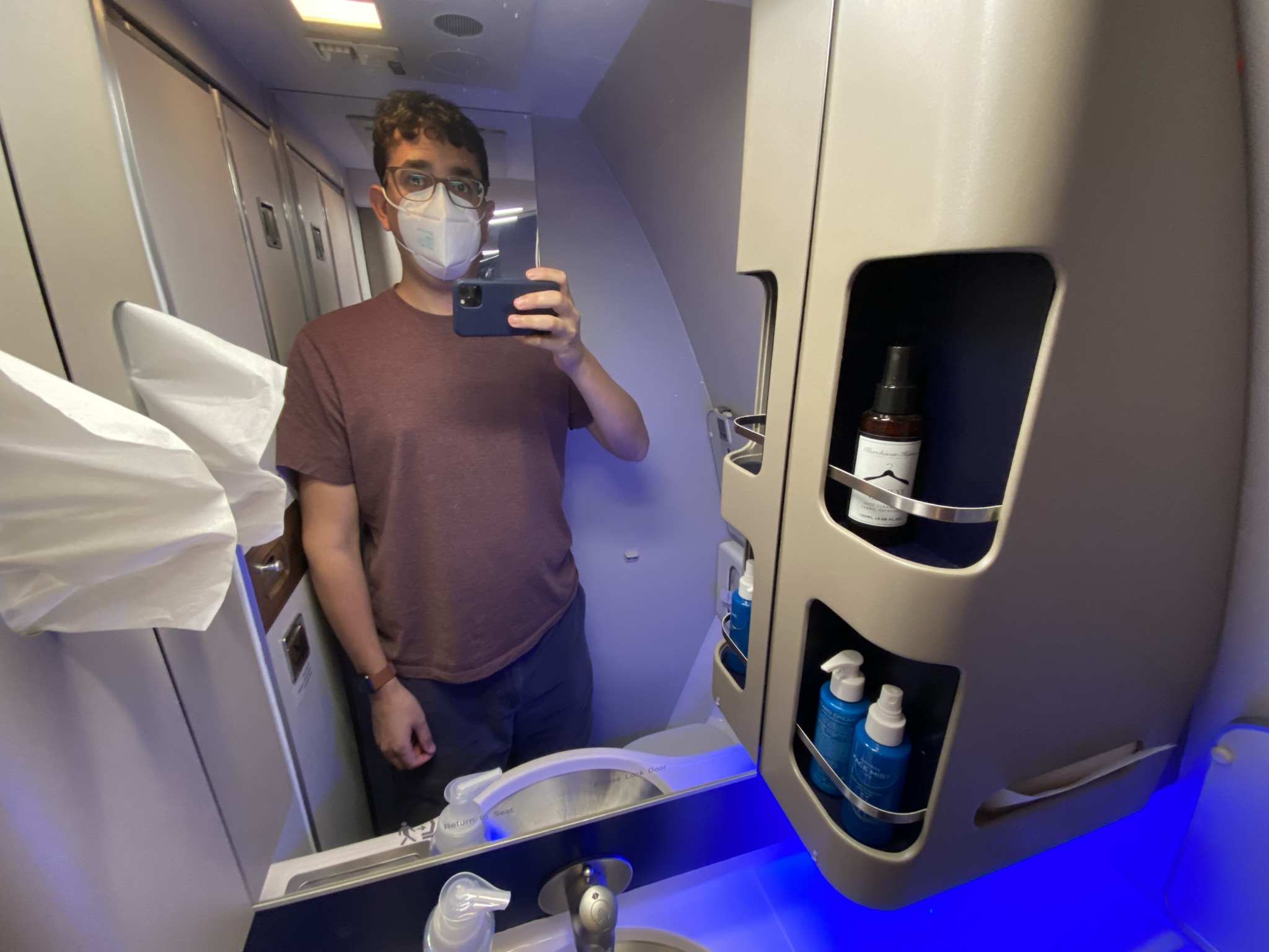 Jason Rabinowitz taking a selfie in the lavatory on the United Airlines 767-300ER